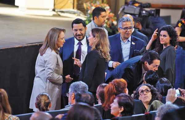INVITADOS. Esquivel, Batres, Gutiérrez Müller, Delgado y Alcalde, en plena charla. Foto: Pablo Salazar