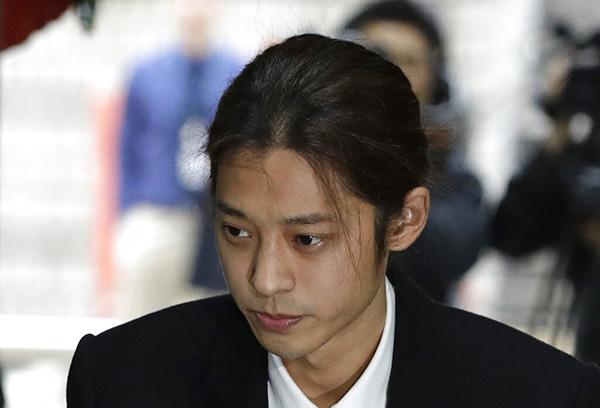 El cantante de K-pop Jung Joon-young llega a una audiencia en la corte del distrito central de Seúl. FOTO: AP