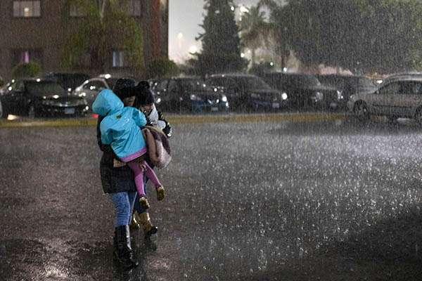 El SMN estableció para la Península de Baja California cielo medio nublado, con intervalos de chubascos y ambiente templado en Baja California. FOTO: NOTIMEX