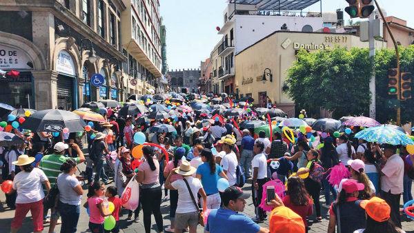 PROTESTA. A la manifestación en Cuernavaca se unieron padres de familia y alumnos. Foto: Guadalupe Flores
