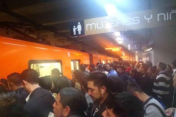El Metro también informó en su reporte de las 09:00 horas que hay servicio lento en siete líneas, por lo que pidió a los usuarios tomar precauciones y salir con tiempo.