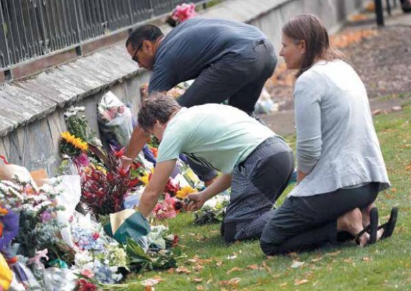 Habitantes de Christchurch ofrecieron ofrendas florales por las 49 víctimas. FOTO: AFP
