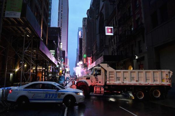 Un automóvil de la policía de Nueva York y un camión de saneamiento se utilizan como barrera de protección en Nueva York. Varios disparos fueron escuchados en Manhattan. Foto: AFP