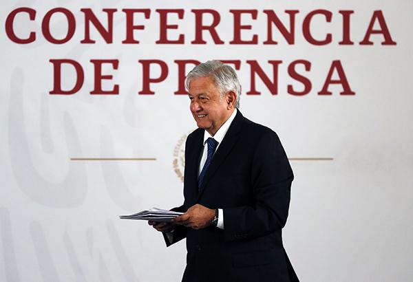 En su conferencia de prensa matutina, el presidente Andrés Manuel López Obrador firmó este martes un compromiso de no reelección. FOTO: NOTIMEX