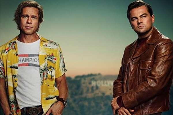 En el póster aparece Leonardo Di Capio y Brad Pitt quienes posan en un automóvil amarillo con ropa de los 60, época en la cual se desarrolla la película.