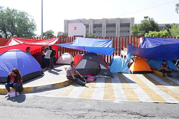 Maestros de Oaxaca, miembros de la CNTE, bloquean los accesos a San Lázaro. FOTO: NOTIMEX