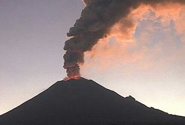 El volcán registró una explosión, que alcanzó una altura de mil 500 metros sobre el cráter. FOTO: ESPECIAL
