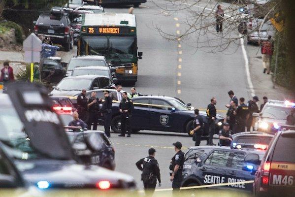 Imagen hacia el norte de la calle Sand Point Way Northeast hacia Northeast 123rd Street cerca de la escena de un tiroteo en Seattle. Foto: AP