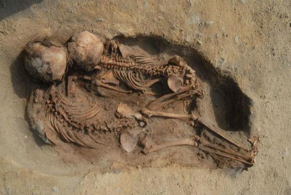 EXCAVACIÓN. Los hallazgos revelaron cientos de cuerpos enterrados en 700 metros cuadrados. Foto: EFE