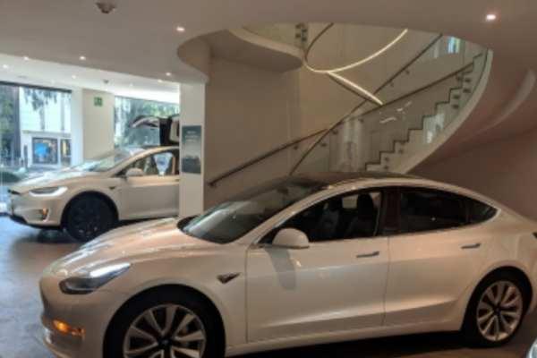 El sedan Model 3 estará a la venta en el país en este mes. Foto: Notimex
