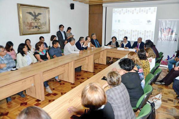 PLURAL. La reunión con comerciantes fue encabezada por Rosa Icela Rodríguez y Clara Brugada. Foto: Especial