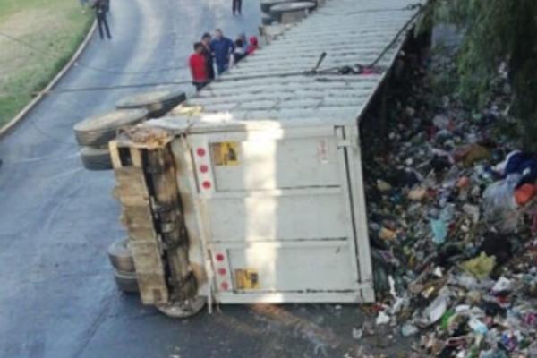 El accidente tuvo lugar frente al Centro Comercial Heliplaza, en Naucalpan. foto: Epecial