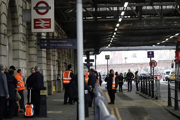 Los primeros análisis indican que los paquetes, uno de los cuales fue abierto por el personal de un edificio de oficinas aledaño a Heathrow.  FOTO: AFP