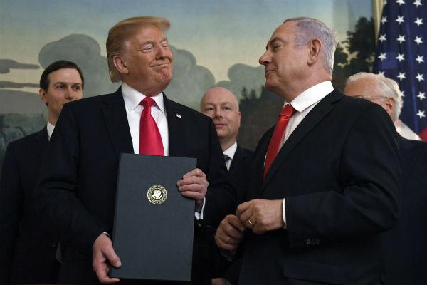 FIRMA. El presidente de Estados Unidos, Donald Trump, reconoció ayer la soberanía de Israel sobre los Altos del Golán. Foto: AP