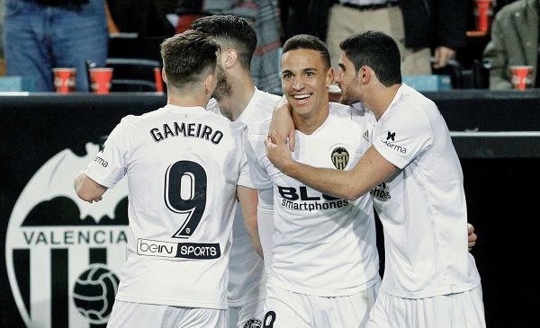 GANADORES. Rodrigo celebró el tanto que le dio el triunfo al Valencia ayer en Mestalla. Foto: EFE