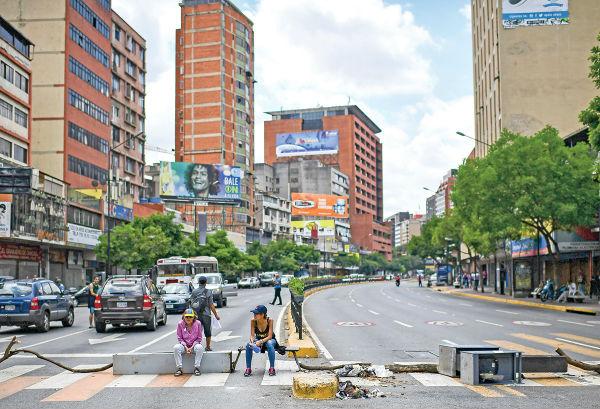 PROTESTAS. Ciudadanos en Caracas bloquean las calles debido al apagón eléctrico. Foto: AFP