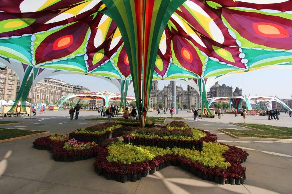 FIESTA. En el Zócalo se instaló un Jardín Cultural de Primavera.  Foto: Especial