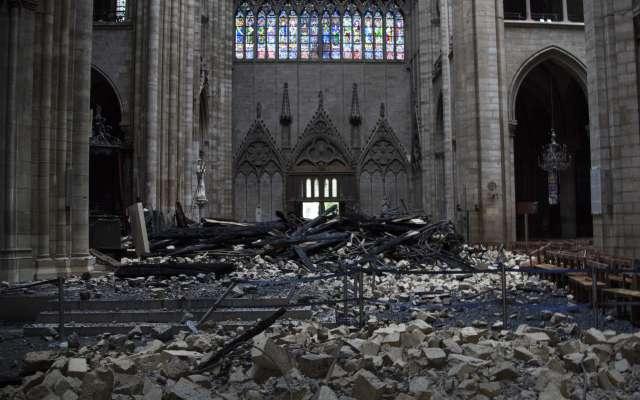 El gran órgano del templo se salvó de las llamas, aunque podría haber sufrido algunos daños. Foto: AFP