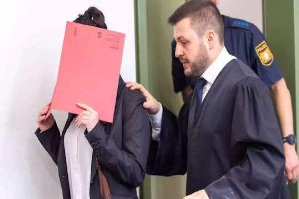 Cuando la alemana, de 27 años, acudió este martes a su juicio en Múnich, se escondió detrás de un folder. Foto: AFP