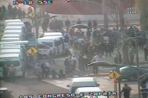 Debido a la presencia de los inconformes, la circulación es complicada en la avenida Congreso de la Unión. Foto: Especial