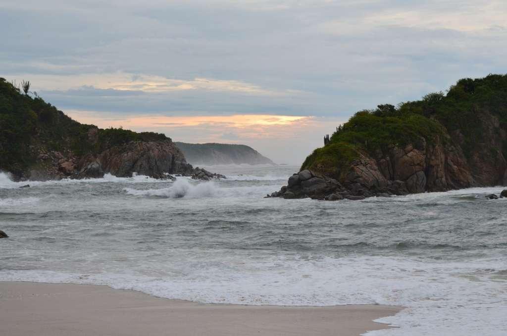 El agua color turquesa se ve tentadora pero no te recomiendo nadar aquí pues las olas son muy fuertes. Foto: Especial