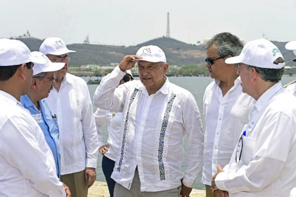 """Recorte en salarios """"de los de arriba"""" permitirá rehabilitar refinerías: AMLO"""