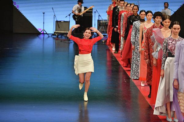Los amantes de la moda ahora pueden adquirir productos mientras transcurren los desfiles. Foto: Pablo Salazar