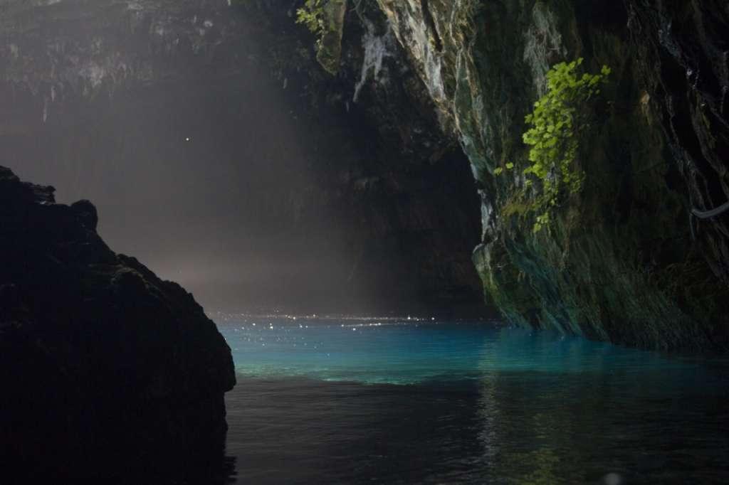 Antes de llegar a Sami, está la desviación que señala el camino hacia la cueva. Foto: Especial