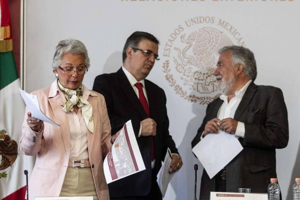 EXPLICACIÓN. Diversos funcionarios ofrecieron ayer una conferencia de prensa por la situación migratoria. Foto: Notimex