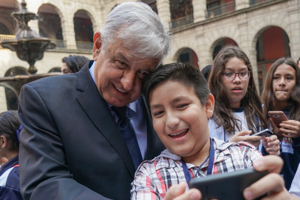 López Obrador con niños en Palacio Nacional