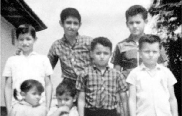 El Presidente López Obrador junto a sus hermanos, la  imagen se hizo pública en el documental, Esto soy. FOTO: ESPECIAL