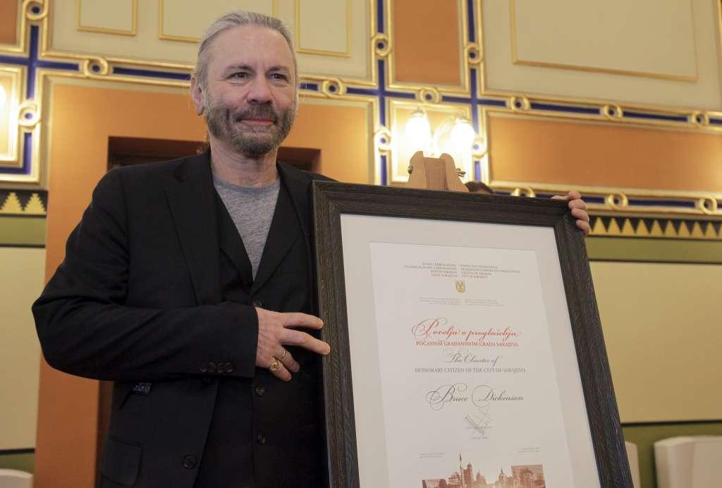 Dickinson recorrió la ciudad y dijo estar contento de volver a Sarajevo. Foto: AP