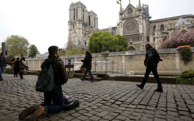 El Sumo Pontífice llamó a la oración y envió bendiciones al pueblo francés tras el siniestro que consumió parte del templo. Foto: AP