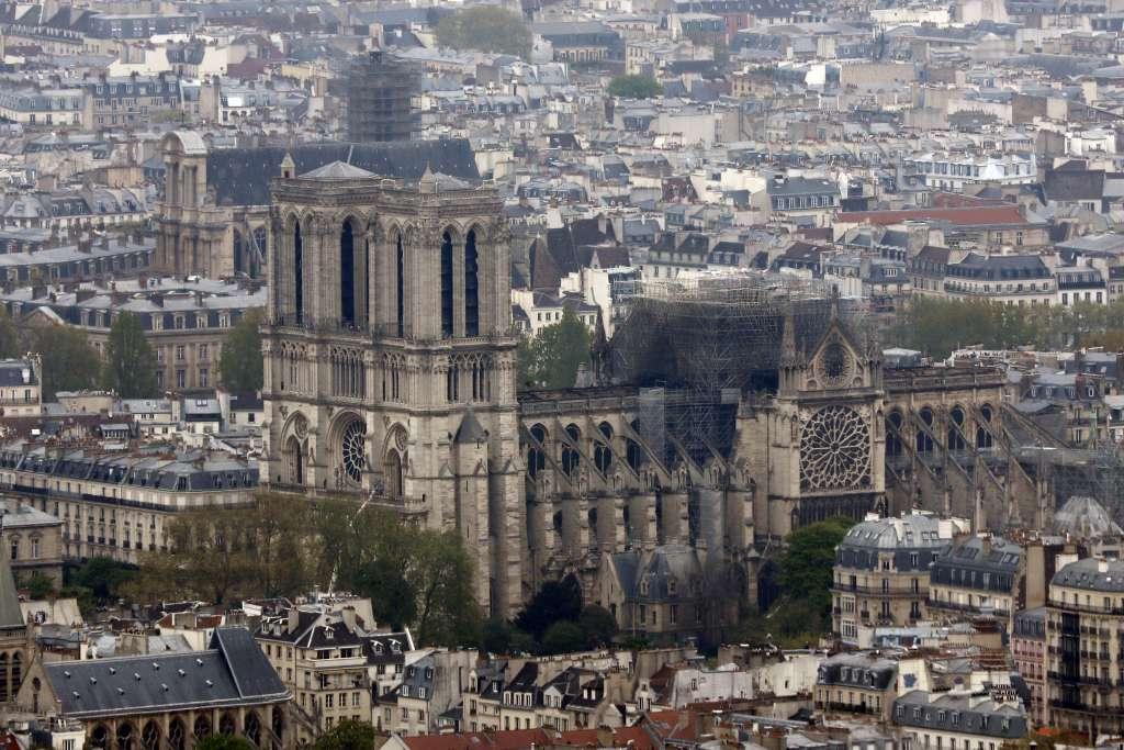 Gran parte de la estructura de la catedral se salvó gracias a la labor de los bomberos. Foto: AP