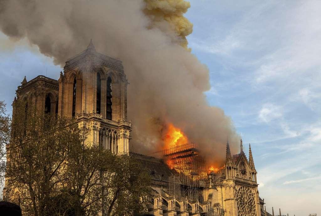 El fuego consumió parte de la catedral parisina; el presidente francés prevé que la reconstrucción dure 5 años. Foto: AP