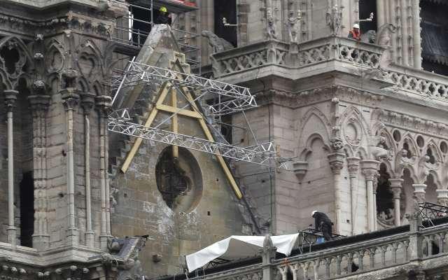 Autoridades creen que la causa del incendio pudo haber sido un cortocircuito generado en los andamios. Foto: AP
