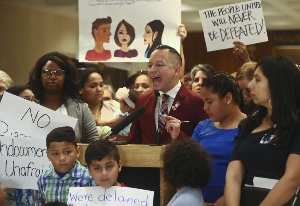 El representante estatal Carlos Guillermo Smith se expresó en contra de las Proyectos de Separación de Familias. Foto: AP