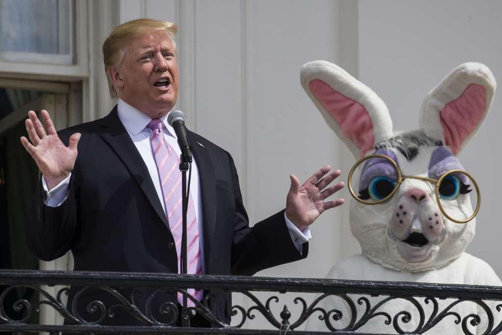 TRADICIÓN. Donald Trump recibió a más de 30 mil invitados para buscar huevos de Pascua. Foto: AP