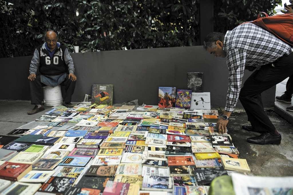 VIDA. Don Ricardo lleva 40 años vendiendo libros sobre Insurgentes. Foto: Leslie Pérez