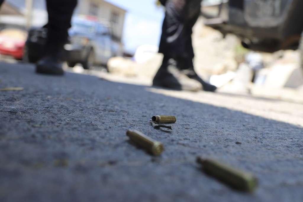Policías locales hallaron al menos 30 casquillos percutidos en el lugar del crimen. Foto: Cuartoscuro