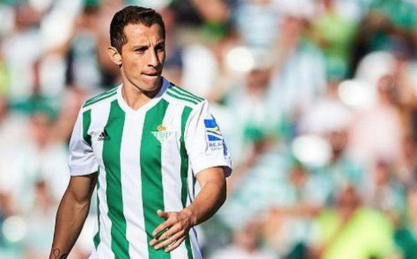 El mexicano jugó de titular con su club en el derbi sevillano. FOTO: ESPECIAL
