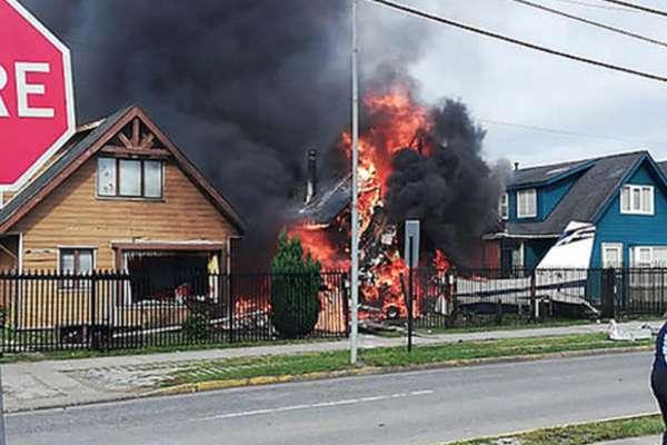 Debido a que la avioneta llevaba los tanques llenos de combustible, ésto provocó un fuerte incendio que no pudo ser controlado rápidamente, por lo que la casa fue totalmente destruida por las llamas. FOTO: ESPECIAL