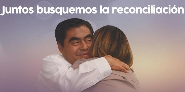 El candidato señaló que la mujer de la fotografía es Kennya Martínez Ortega y no la fallecida gobernadora. Foto: Especial