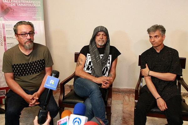 Los integrantes del grupo mexicano de rock, Botellita de Jerez y la manager Paola Hernández, ofrecieron una conferencia de prensa en la donde familiares y amigos se reunieron para dar el último adiós a Armando Vega Gil. Foto: Notimex