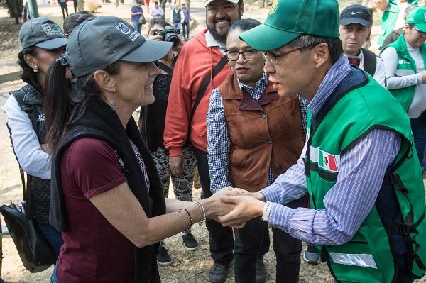 El tequio de este sábado está apoyado por la embajada de Corea, por lo que el titular de esta cede diplomática en México, Kim Sang-il acudió con voluntarios connacionales a realizar tareas de limpieza y pintura. Foto: Cuartoscuro