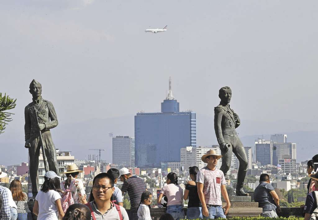 DE VIAJE. Turistas nacionales y extranjeros conviven con los elementos contaminantes del medio ambiente citadino. Foto:  PABLO SALAZAR SOLÍS
