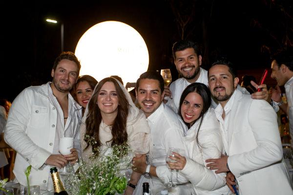 Durante la cena se vivió un momento muy especial, en el que los invitados agitaron sus servilletas al aire. Foto: Yaz Rivera