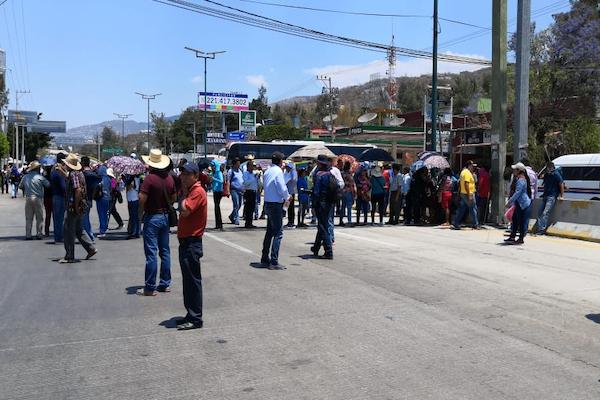 Cerca de mil maestros marcharon desde Chilpancingo y se instalaron en el Parador del Marqués. Foto: Especial