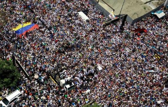 Ante miles de partidarios en Caracas, Juan Guaidó echó a andar la