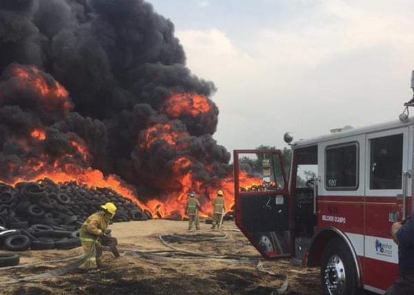 Bomberos trabajan en incendio